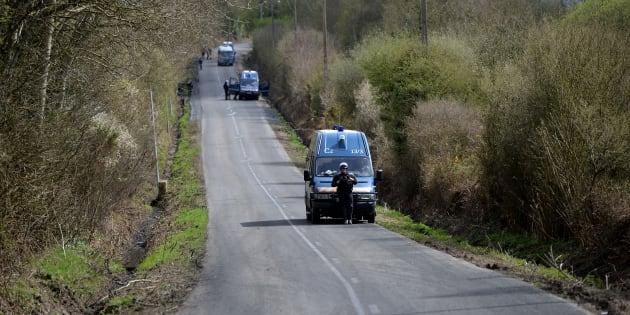 """Des camions de police stationnent sur la RD281, la """"route des chicanes"""" près de la Zad de Notre-Dame-des-Landes, le 11 avril."""