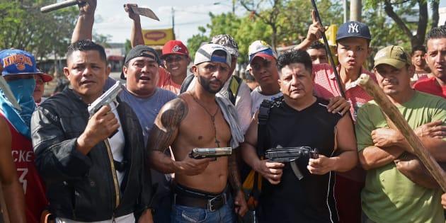 Comerciantes del Mercado Mayoreo protegen sus negocios de los saqueos durante las protestas violentas en Nicaragua, en contra de la reforma a las pensiones –que el presidente tuvo que echar abajo por la presión social–.