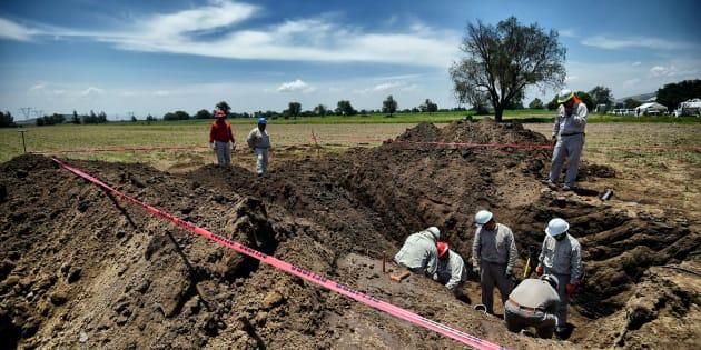 Trabajadores de Pemex reparan la filtración de una toma clandestina en Tepeaca, Puebla.