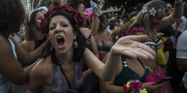"""Foliã segue a multidão no bloco """"Acadêmicos do Baixo Augusta"""", em São Paulo, em 2017"""