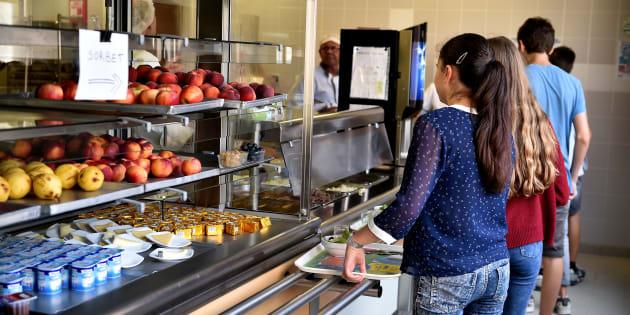 """""""Les parents du 18ème nous alertent: leurs enfants rentrent de l'école le ventre vide, dévorant leur goûter. Les familles se sont mobilisées et intéressées à la restauration scolaire au sein d'un collectif."""""""