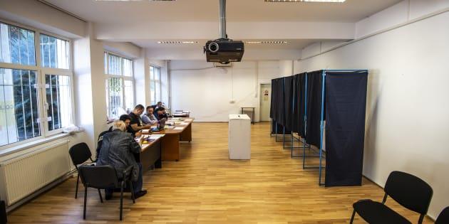 Un bureau de vote vide en Roumanie, samedi 6 octobre.