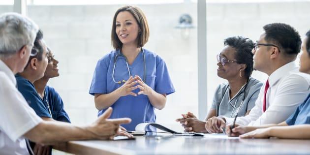 Donner accès à un médecin ou une IPS en moins de 36 heures ou jusqu'à 21h, 7 jours sur 7? Pourquoi pas? Sauf que les données probantes, elles, recommandent plutôt la prise en charge par des équipes multidisciplinaires et non des soignants solos.