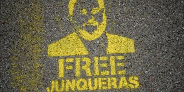 Una plantilla con el rostro de Oriol Junqueras y en la que se pide su libertad, en las carreteras de acceso a la cárcel de Lledoners.