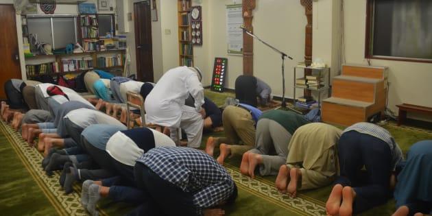 東京・大塚の「マスジド大塚」でお祈りをするイスラム教徒ら