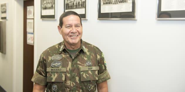 Após declarações controversas, general Antônio Hamilton Mourão amenizou o tom.