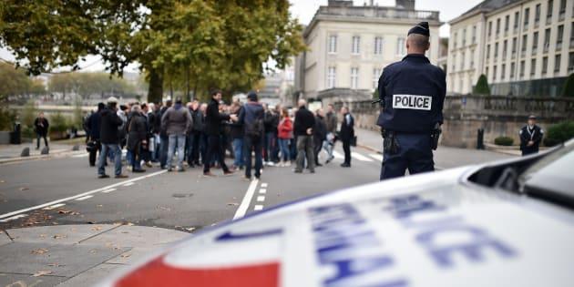 Cinq gendarmes ont été blessés par arme à feu dans des affrontements en Nouvelle-Calédonie. Un incident qui intervient alors que dans l'hexagone, les manifestations policières se poursuivent, comme en témoigne cette photo, prise le 26 octobre à Nantes.