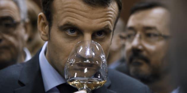"""Loi Evin: Macron """"boit du vin le midi et le soir"""" et ne veut pas qu'on """"emmerde les Français"""""""