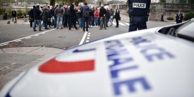 Une policière a été percutée par un véhicule volé en Seine-et-Marne, deux mineurs interpellés. Cette agression, qui intervient dans un climat tendu pour les policiers, risque d'accentuer la colère des forces de l'ordre.