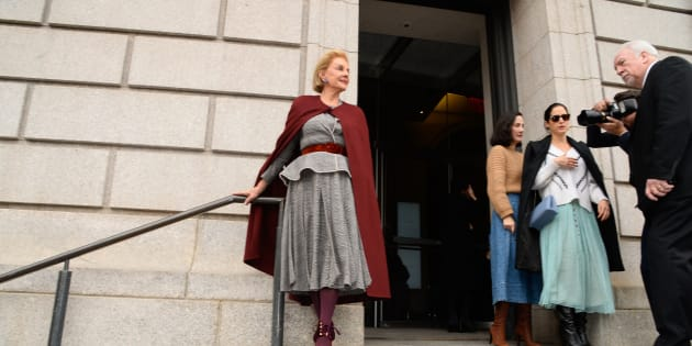 Carolina Herrera posa a las afueras del New York Historical Society.