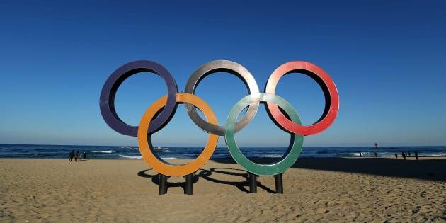 Les anneaux olympiques sur la plage de Gangneung.