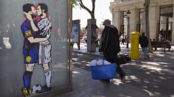 Messi et Cristiano s'embrassent sur un abris-bus