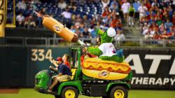 大リーグ名物の『ホットドッグ砲』が直撃。けがしたファンが神対応「笑ってくれたらそれでいい」
