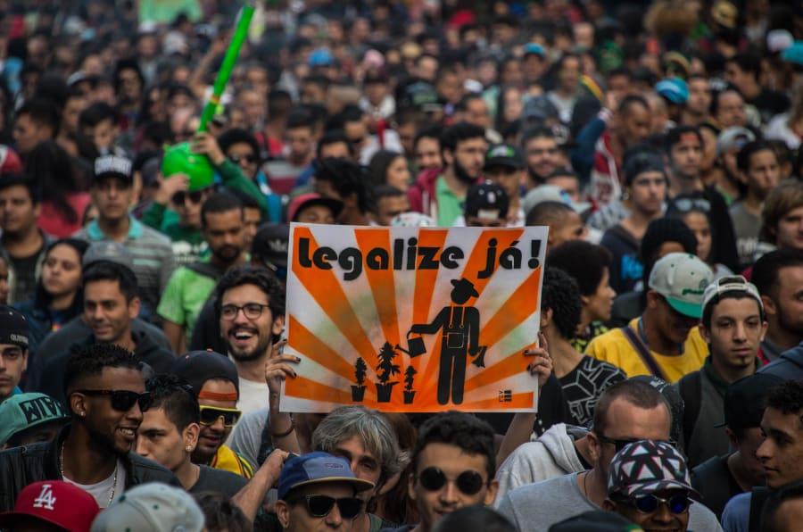 Milhares de manifestantes comparecem à Marcha da Maconha em São Paulo.