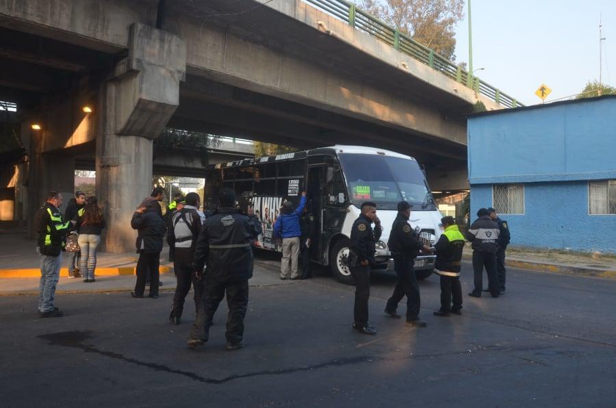 CIUDAD DE MÉXICO, 03ENERO2018.- Una mujer fue asesinada al resistirse a ser asaltada en un camión de pasajeros, en avenida Aquiles Serdán y avenida de las Culturas, en la delegación Azcapotzalco.