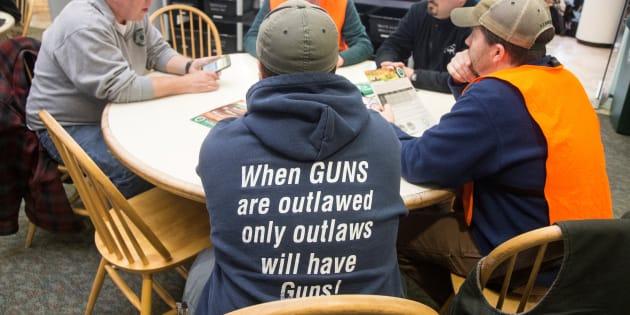 Le chandail de ce manifestant pro-armes affiche le message «Si les armes à feu sont criminalisées, seuls les criminels auront des armes!».