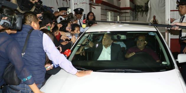 Andrés Manuel López Obrador, presidente electo de México a su salida de la casa de transición, donde sostuvo reuniones privadas con integrantes de su gabinete.