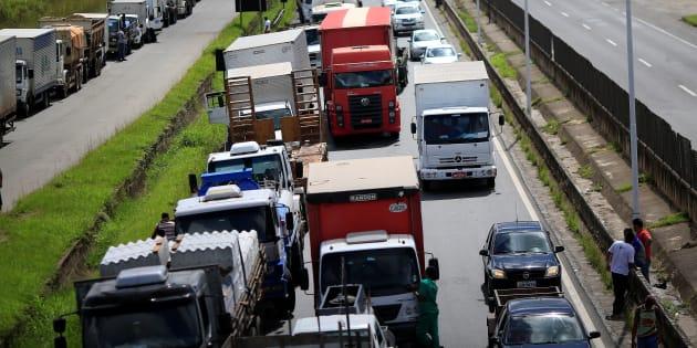 Protesto de caminhoneiros bloqueia rodovia perto de Salvador, na Bahia.