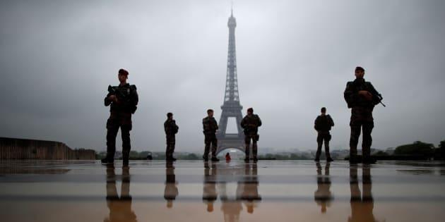 """Gérard Collomb veut """"redéfinir"""" la force sentinelle et promet la création de 2500 à 3000 poste de policiers l'année prochaine"""