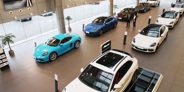 Autos importados exhibidos en una sala de exposición en Nantong, en la provincia oriental china de Jiangsu.