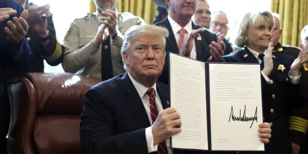 Pour la première fois depuis son arrivée à la Maison Blanche, Donald Trump a fait usage de son veto pour assurer le financement d'urgence de son mur à la frontière avec le Mexique.