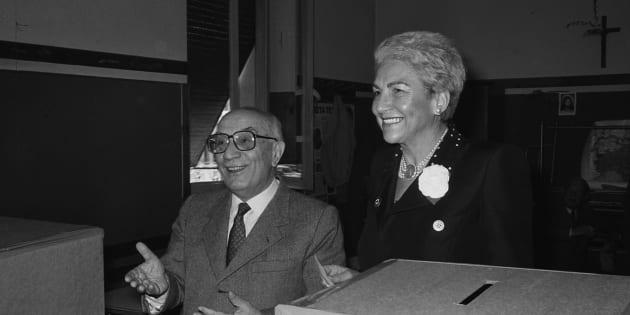 1985, Roma. Amintore Fanfani con la moglie Maria Pia Tavazzani al voto, seggio elettorale in zona Trionfale.