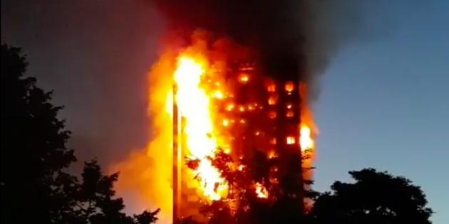 Gigantesque incendie dans une tour d'habitation — Londres