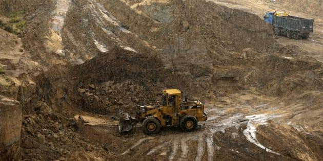Un bulldozer creuse dans l'ancien site de Tell es-Sakan hill.