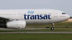 Pendant que l'avion était cloué au sol, des employés d'Air Transat prenaient des