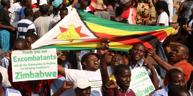 Supporters of Zimbabwe's former vice president Emmerson Mnangagwa await his arrival in Harare, Zimbabwe, November 22, 2017.