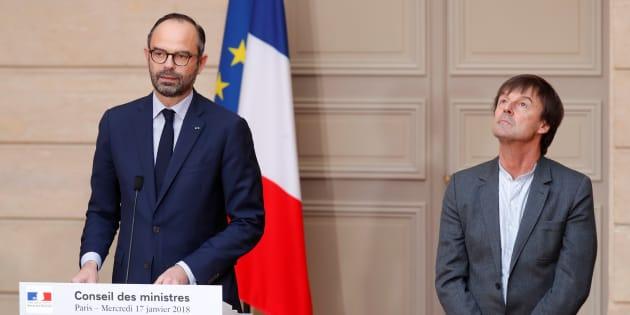 Nicolas Hulot écoutant sans ciller le premier ministre Edouard Philippe annoncer la fin du projet d'aéroport de Notre-Dame-des-Landes.