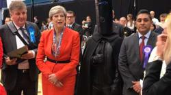 Les discours de May, Corbyn et Farron photobombés par leurs adversaires