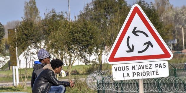 Des migrants non loin d'une route menant à Calais.