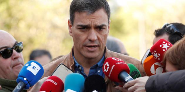 El secretario general del PSOE, Pedro Sánchez, atiende a los medios antes del inicio de la manifestación del Primero de Mayo en Madrid.