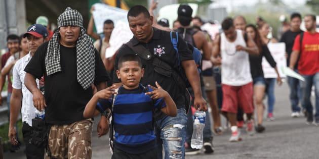 Migrantes procedentes de diferentes países centroamericanos y que habían cruzado la frontera desde hace unas semanas, marcharon hacia Ciudad Hidalgo para unirse a la caravana migrante, en Tapachula, Chiapas, el 18 de octubre de 2018.
