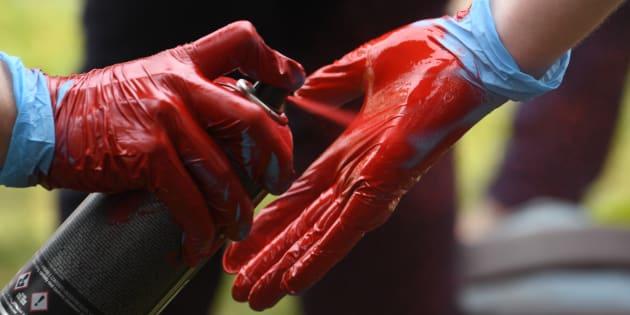"""""""Marée populaire"""": pourquoi certains manifestants à Nantes portaient un gant rouge."""