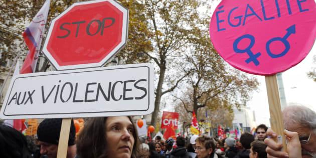 """Des manifestantes brandissent des pancartes """"Stop aux violences"""" et """"Egalité femmes-hommes"""" durant une manifestation pour les droit des femmes le 22 novembre 2014 à Paris."""