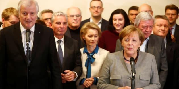 Angela Merkel et le leader de la CSU Horst Seehofer parlent après l'échec des négociations, le 20 novembre à Berlin.