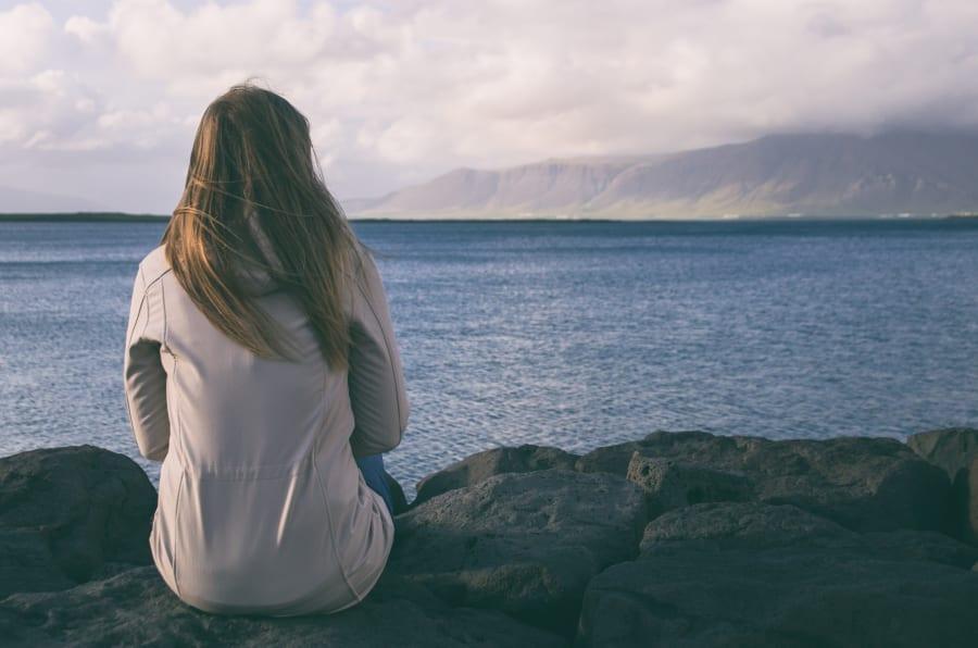Cómo te trates y te relacionas con las personas que te rodean puede mejorar cuando atiendes tu salud mental.