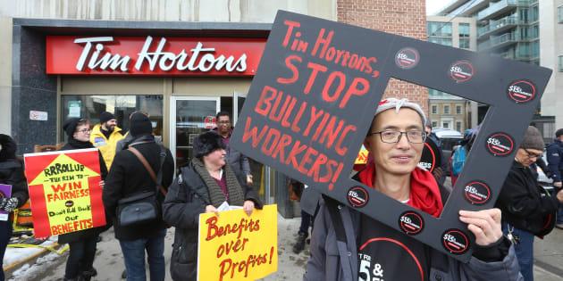 Des manifestants protestent devant un Tim Hortons de Toronto le 10 janvier.