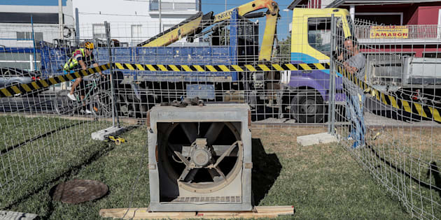 Extractor instalado por operarios del Ayuntamiento de Coria del Río (Sevilla) conectado a la boca de una alcantarilla para evacuar gases tras la intoxicación de numerosos vecinos por causas aún desconocidas.