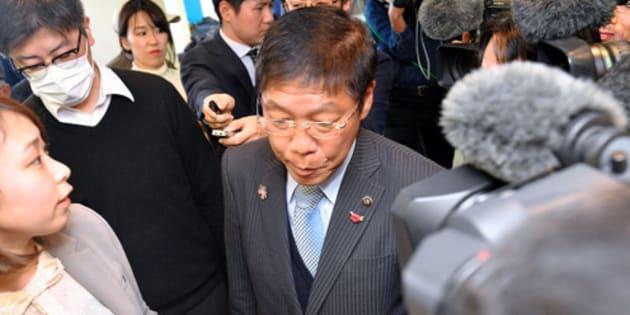 報道陣に囲まれながら、会見場を退出する信貴芳則市長(中央)=27日午後、大阪府岸和田市、水野義則撮影