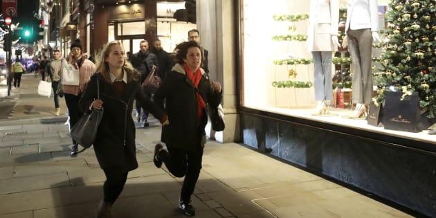 Simon Dawson  Reuters                       Des passants courent sur Oxford Street le 24 novembre à Londres
