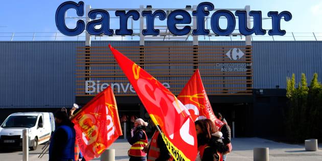 Des employés de Carrefour à Aix-en-Provence manifestent devant le supermarché, le 8 février.