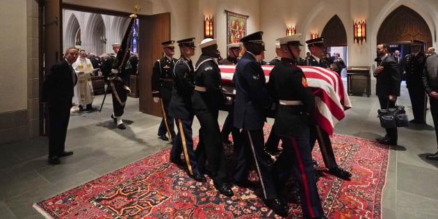 Après des obsèques nationales à Washington D. C., le cercueil de George H. W. Bush a rejoint sa dernière demeure jeudi 6 décembre.