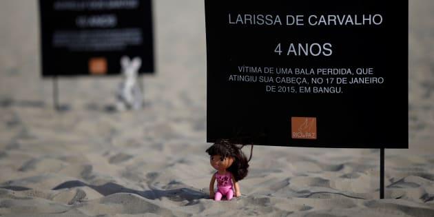 Protesto contra violência em operações policiais contra suspeitos de crimes mostra nomes de crianças mortas por balas perdidas no Rio de Janeiro.