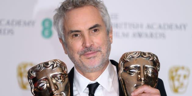 Alfonso Cuarón posa en la sala de prensa del Royal Albert Hall después de ganar.