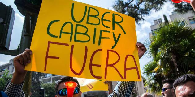 Un taxista se manifiesta en Madrid en contra de los servicios de transporte Uber y Cabify. Marcos del Mazo/LightRocket via Getty Images