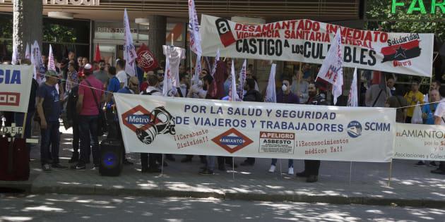 Manifestación de los trabajadores de metro frente a la Asamblea de Madrid.
