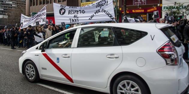 Protesta de los conductores de taxis contra los servicios de Uber y Cabify. (Photo by Marcos del Mazo/LightRocket via Getty Images)